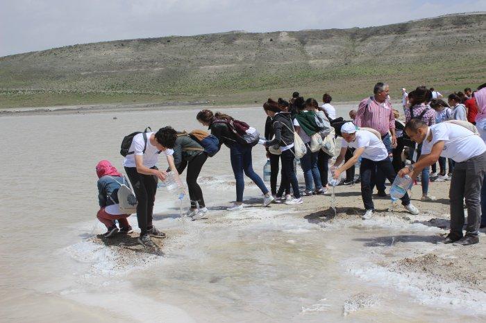 Meke gölüne bidonlarla su döktüler