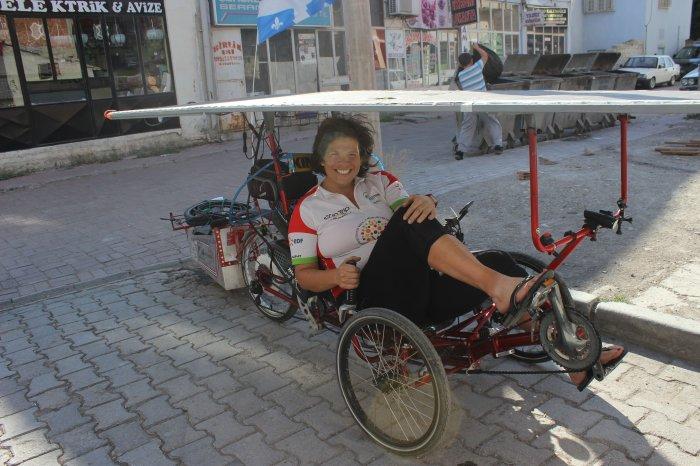 Güneş enerjili bisikleti ile geziyor