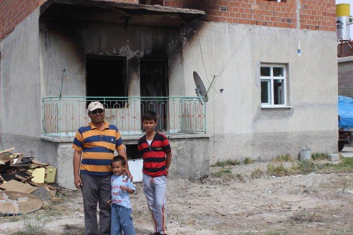 Evi yanan vatandaş yardım bekliyor