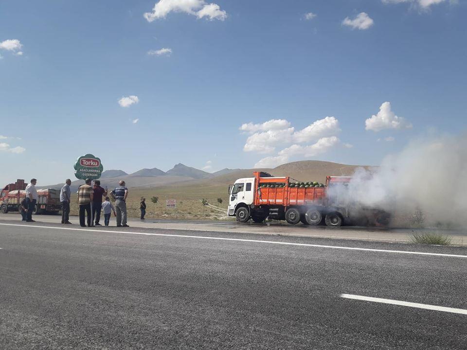Karpuz yüklü kamyonda yangın